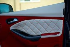 Samochodowi drzwi Samochodowi wnętrze szczegóły Biała czerwona skóra z zaszywaniem obrazy stock