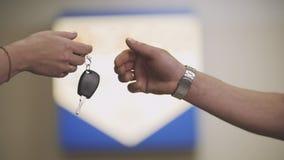Samochodowi klucze - kobieta klient daje kluczom samochód dla mechanika Obrazy Stock