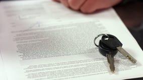 Samochodowi klucze na kontraktacyjnym strony zbliżeniu, transport czynszowa zgoda, legalna transakcja zdjęcie stock