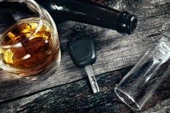 Samochodowi klucze na stole z alkoholem piją, spadać falle i kolba Fotografia Royalty Free