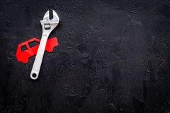 Samochodowi niepowodzenia Samochodu usługowy pojęcie Samochodowa sylwetka, wyrwanie na czarnej backgound odgórnego widoku kopii p Fotografia Stock