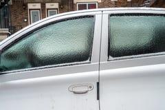 Samochodowi okno zakrywają z lodem po marznięcie deszczu Fotografia Stock