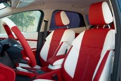 Samochodowi siedzenia transportu samochodowy wewnętrzny sterowniczy koło Samochodowi wnętrze szczegóły Biała czerwona skóra z zas fotografia stock