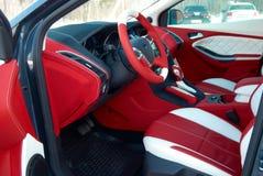 Samochodowi siedzenia transportu samochodowy wewnętrzny sterowniczy koło Samochodowi wnętrze szczegóły Biała czerwona skóra z zas obraz royalty free