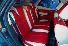 Samochodowi siedzenia Samochodowi wnętrze szczegóły Biała czerwona skóra z zaszywaniem zdjęcia stock