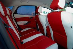 Samochodowi siedzenia Samochodowi wnętrze szczegóły Biała czerwona skóra z zaszywaniem zdjęcie stock