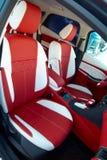 Samochodowi siedzenia Samochodowi wnętrze szczegóły Biała czerwona skóra z zaszywaniem obraz stock