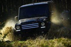 Samochodowy ścigać się w jesieni lasowej Offroad rasie na spadek natury tle Ekstremum, wyzwanie i 4x4 pojazdu pojęcie, SUV lub zdjęcie stock