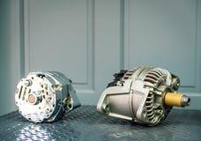 Samochodowy alternator na pokazie na metal półce, auto częściach/ fotografia royalty free
