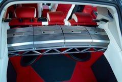 Samochodowy amplifikator Samochodowi wnętrze szczegóły Czerwony i czarny alcantara z zaszywaniem zdjęcie royalty free
