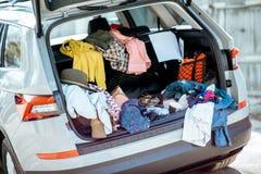 Samochodowy bagażnik pełno odziewa obrazy stock