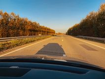Samochodowy cień na asfalcie na Niemieckim autobahn zdjęcie royalty free