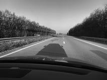 Samochodowy cień na Niemieckim autobahn czarny i biały zdjęcie stock