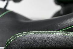Samochodowy czarny rzemienny wnętrze Część rzemienni samochodowego siedzenia szczegóły z zielonym zaszywaniem Wnętrze prestiżu no fotografia royalty free
