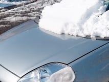 Samochodowy czołowy okno zakrywający świeży śnieg Zdjęcie Royalty Free