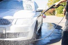 samochodowy czysty wąż elastyczny maszyny gąbki obmycie samochodowy czysty wąż elastyczny maszyny gąbki obmycie mężczyzna myje sa zdjęcia royalty free