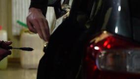 samochodowy czysty wąż elastyczny maszyny gąbki obmycie Mężczyzna myje samochód Samochodowego obmycia pracownik używa samochodowe zbiory