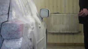 samochodowy czysty wąż elastyczny maszyny gąbki obmycie Samochodowa płuczka myje samochód Samochodowego obmycia pracownik stosuje zdjęcie wideo