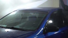 samochodowy czysty wąż elastyczny maszyny gąbki obmycie Samochodowa płuczka myje samochód Samochód zakrywa z białą domycie pianą  zbiory wideo