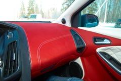 Samochodowy deflektor Samochodowi wnętrze szczegóły Czerwony i czarny alcantara z zaszywaniem fotografia stock