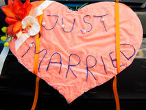 samochodowy dekoraci właśnie poślubiający szyldowy ślub Obrazy Stock