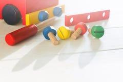 Samochodowy drewniany konstruktor dla preschool edukacji Dziecko aktywność z śrubokrętem i śrubami Dziecko umiejętności pojęcie zdjęcia stock