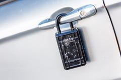 samochodowy drzwi z kłódki ikoną dla kradzieżowej ochrony, ochrona, prote fotografia royalty free