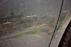 Samochodowy drzwi z narysami po wypadku fotografia stock