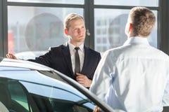 Samochodowy faktorski opowiadać z klientem Obrazy Stock