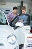 Samochodowy faktorski pokazuje pojazd samiec klient Obrazy Stock