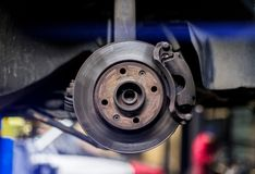 Samochodowy hamulcowy dysk i caliper zamknięci w górę toczymy wewnątrz zimnych kolory obraz stock