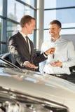 Samochodowy handlowiec daje klientów kluczom Zdjęcie Stock