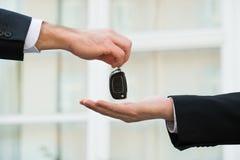 Samochodowy handlowiec Daje kluczom biznesmen Zdjęcia Royalty Free
