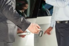 Samochodowy handlowiec daje samochodów kluczom Zdjęcie Royalty Free