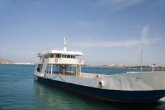 Samochodowy i pasażerski ferryboat iść od Paros anty Cycla obrazy royalty free
