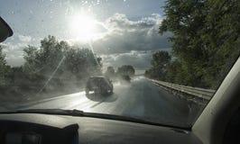 Samochodowy iść post na mokrej autostradzie Zdjęcia Royalty Free