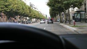 Samochodowy jeżdżenie jak fan świętuje na ulicznym zwycięstwie zbiory