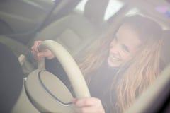 samochodowy jeżdżenie kobiet jej nowi ładni potomstwa Fotografia Royalty Free