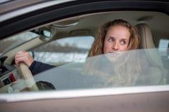 samochodowy jeżdżenie kobiet jej nowi ładni potomstwa Zdjęcie Royalty Free