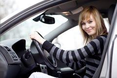 samochodowy jeżdżenie kobiet jej nowi ładni potomstwa Fotografia Stock