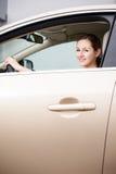 samochodowy jeżdżenie kobiet jej nowi ładni potomstwa Zdjęcia Stock
