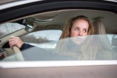 samochodowy jeżdżenie kobiet jej nowi ładni potomstwa Obrazy Royalty Free