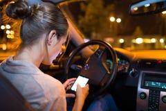 samochodowy jeżdżenie kobiet jej nowi potomstwa zdjęcia stock