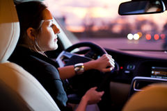 samochodowy jeżdżenie kobiet jej nowożytni ładni potomstwa Obrazy Stock