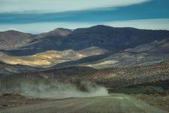 Samochodowy jeżdżenie na drodze gruntowej w chmurze pył obrazy stock