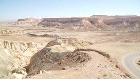 Samochodowy jeżdżenie na drodze w pustynia negew blisko Mitzpe Ramon, Izrael zbiory