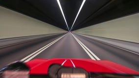 Samochodowy jeżdżenie na ulicie przy wysokich prędkościach, dogonienie inni samochody obrazy stock
