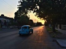 Samochodowy jeżdżenie na ulicie w Kuba obrazy stock