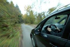 Samochodowy jeżdżenie na wiejskiej drodze Fotografia Royalty Free
