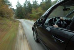 Samochodowy jeżdżenie na wiejskiej drodze Zdjęcie Royalty Free